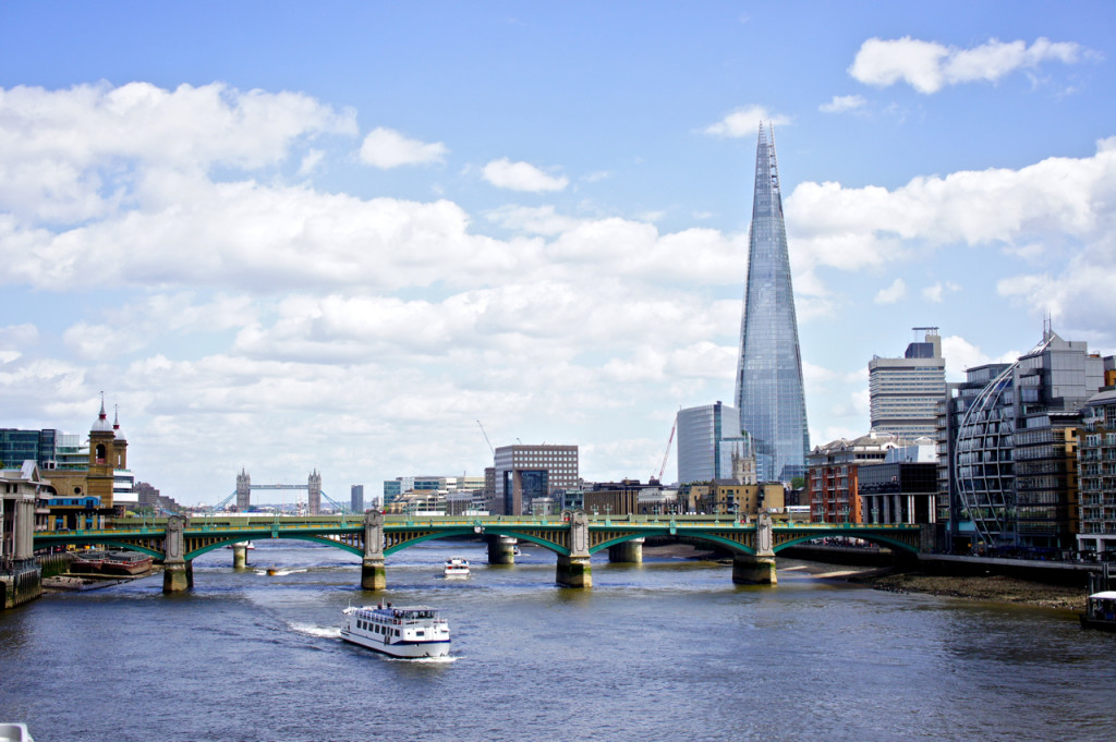 Atravessando o Rio Thames