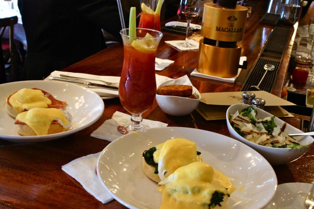 Eggs Florentine com espinafre e Eggs Benedict com presunto.  O Bloody Mary deles é divino e vi que colocam um tantinho de Jerez!! Que dica!!