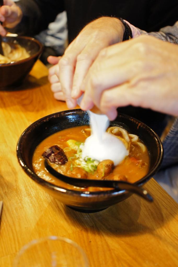 Sopa de curry com Udon.  O ovo poché dá textura.