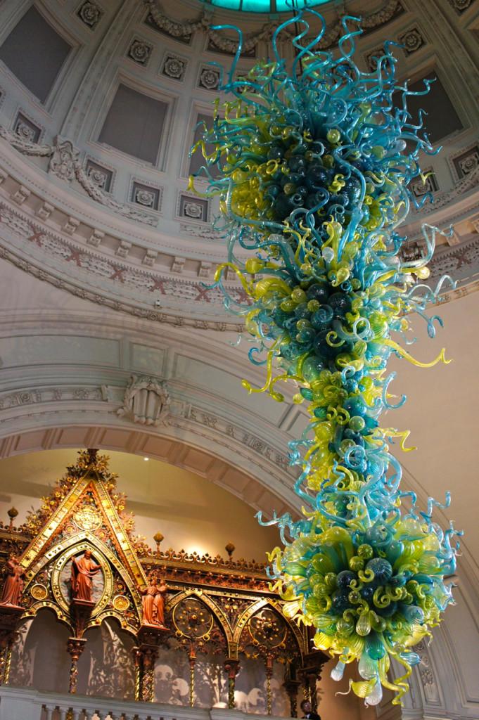 A peça de Chihuly na entrada do Victoria & Albert Museum em Londres.