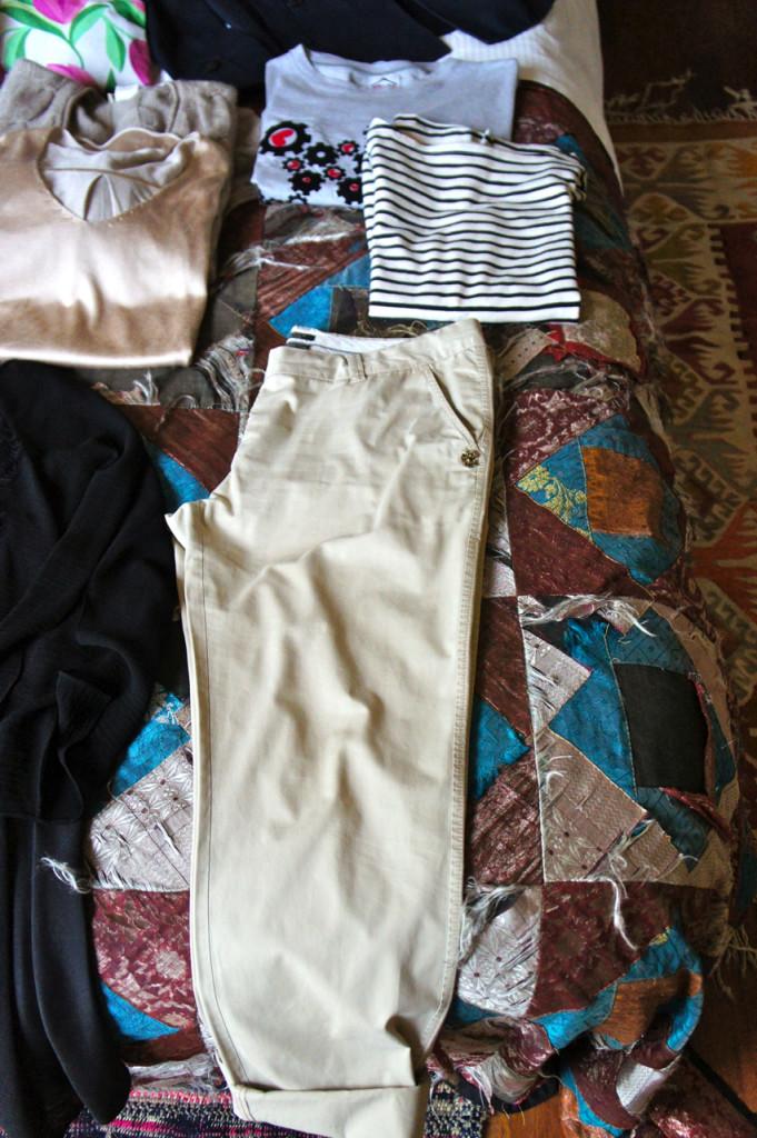 A calça bem desestruturada bege deu a base para um look ultra-informal.