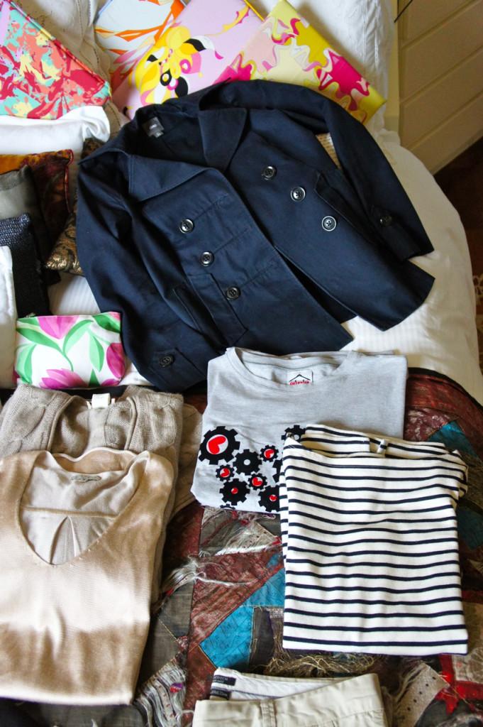 O pea-coat, casaco com origem no guarda-roupa marinheiro, completa o look com as camisetas.