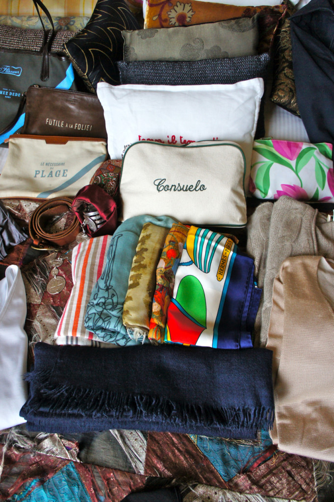 Um monte de lenços e pashmina, inclusive os dois estampados da Chez Dédé.