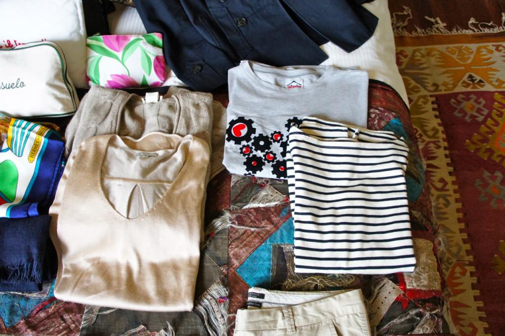 2 camisetas e 2 suéters, 1 de linha mais elegante par a noite e um cardigã de cashmere para o fresquinho da noite.