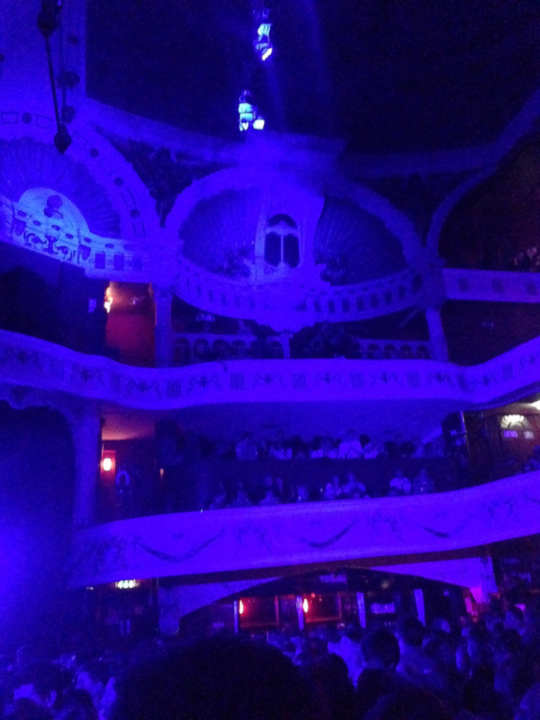 O espaço do concerto era um teatro com vários bares e todo mundo de pé.  Um mooooooonte de jovens!!! rssss