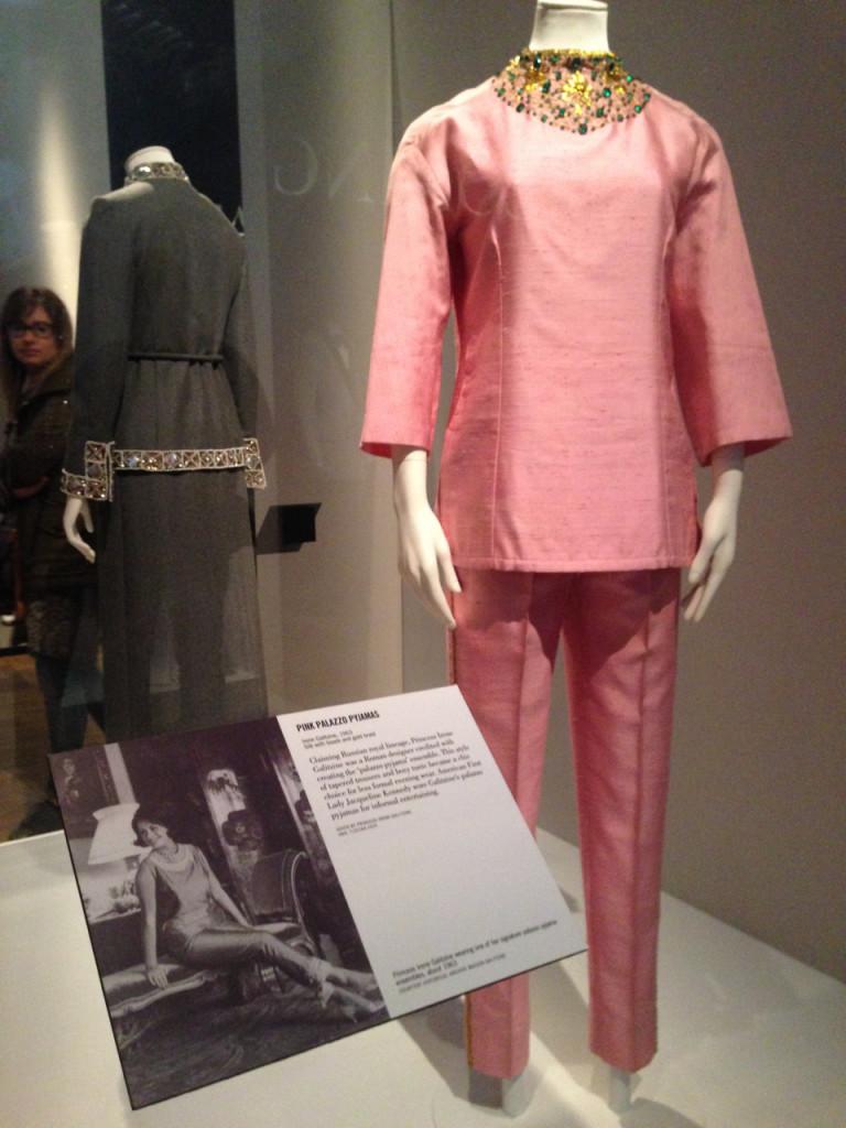O pijama palazzo dos anos 60 pela estilista Princesa Galitzine.