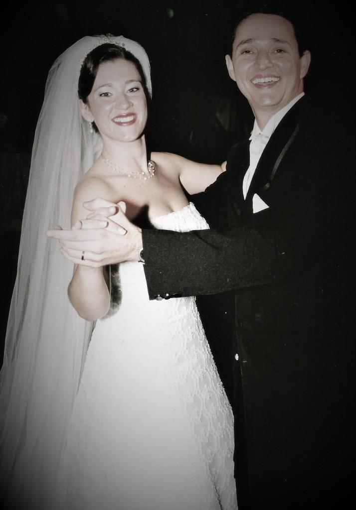 """Oi Consuelo, tudo bem? Acompanho muito entusiasmada seu blog, adoro!!! Tive o prazer em conhecê-la pessoalmente no escritório do Dr. Marcelo Lamy, numa tarde em que você foi visitar a Lu (Luciene Félix). Faz algum tempo!!!! A pedido da Lu e para prestigiar essa linda ideia, envio duas fotos do meu casamento com o Fernando. E sobre esse momento digo: """"Casamento feliz é o reflexo de dois corações que pulsam na mesma sintonia; enfrentam qualquer desafio juntos; almejam ideais realizáveis e confiam plenamente na certeza da melhor escolha e do amor sem fim!!! Sou muito feliz ao lado do meu Amor...bjs a todos do Salotto!!!   bjs Consuelo!!!!"""