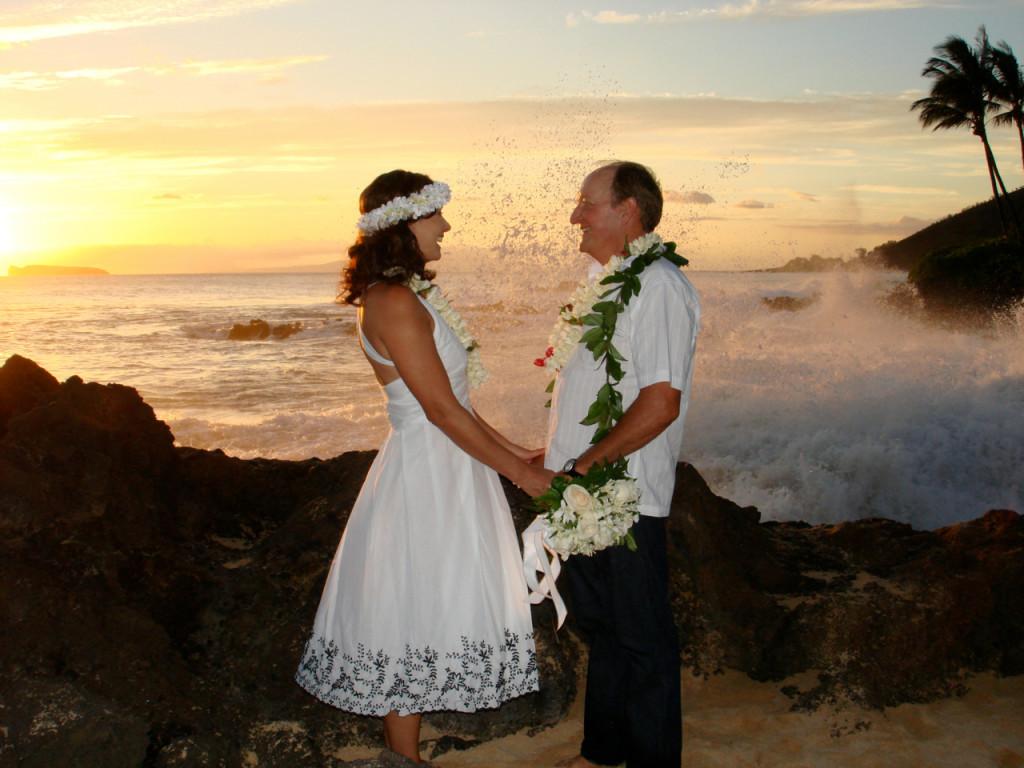 ALOHA, querida Consuelo,sou gaucha e moro em Maui (Hawaii) onde casei em Setembro de 2007 durante o por do sol (costume local) em Makena Beach. Se um dia vieres para Maui,lembre-se que tem a fan #1 aqui. Sou leitora assidua mas nao comento. Aloha para toda turma do Salotto