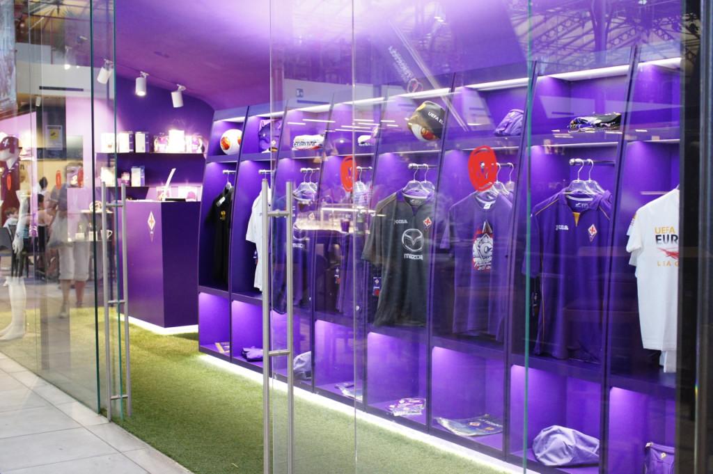 Uma loja de produtos do time de Florença, a Fiorentina!! A cor do time é roxo.
