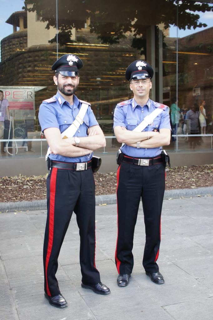 Os mais chiques da Pitti!! Os carabinieiri italianos!! Reparem no corte da calça e camisa!!!