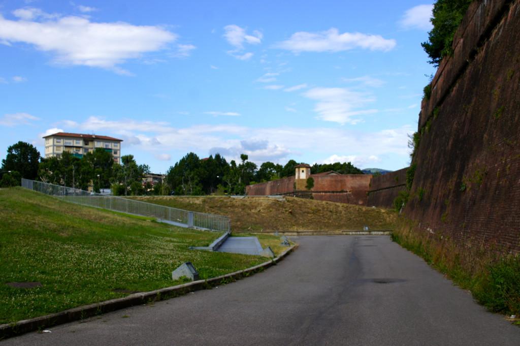 A caminho do estacionamento!!!... A Pitti fica na Fortezza da Basso que era um forte...