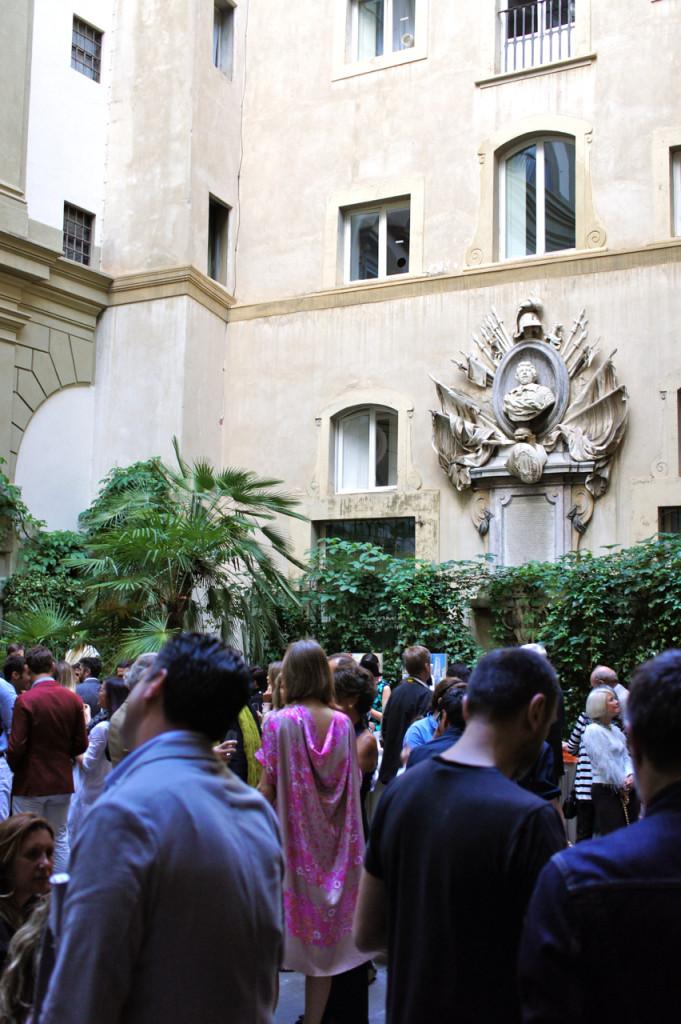 Para comemorar o evento, a maison deram uma festa no Palazzo Pucci.