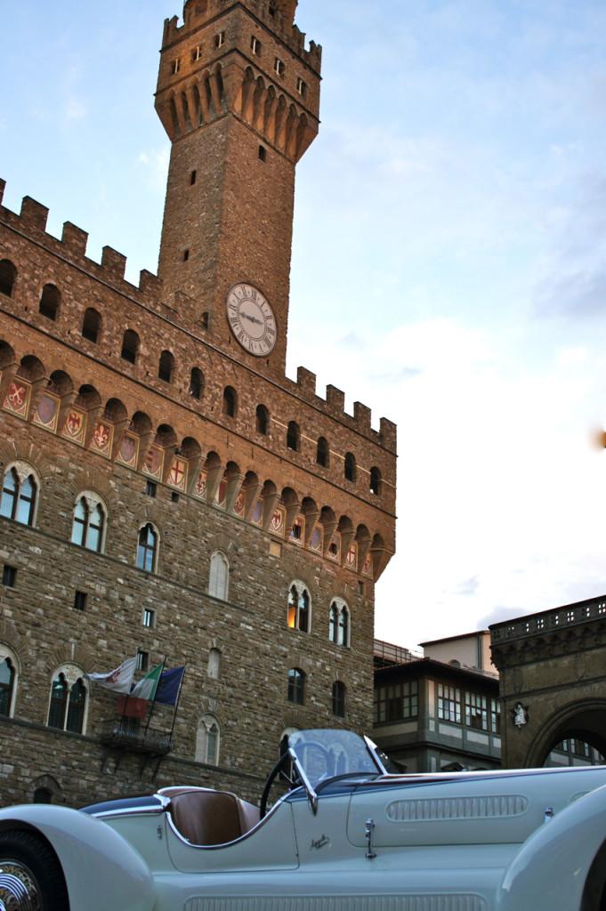 A festança se estende à cidade com coquetéis em lojas, exposições e jantares... Esta expo de carros vintage na frente do Palazzo Vecchio na Piazza della Signoria.