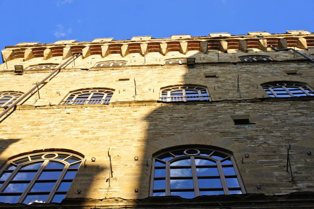 O maravilhoso Palazzo Feroni nas margens do Rio Arno