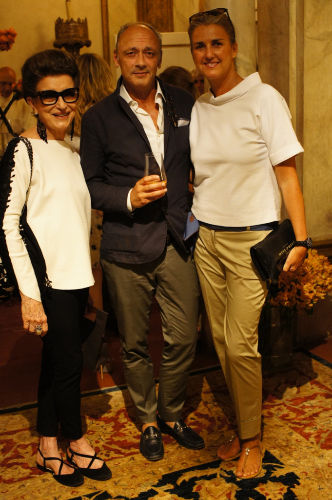 Costanza Pascolato usando Llas, Andrea Ferolla e Daria Reina da Chez Dédé