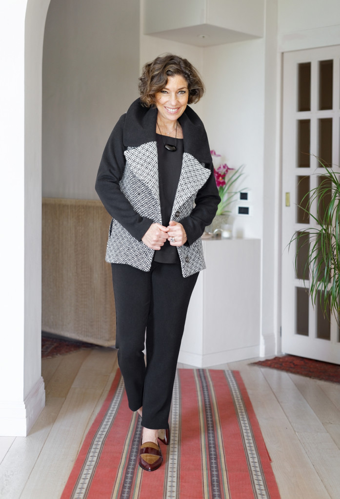 Este casaco é daqueles deliciosos onde podemos nos abraçar com ele!!  As grandes lapelas tão um toque super glamour ao conjunto.  Usei com a calça, top e mocassim sempre da Alcaçuz!