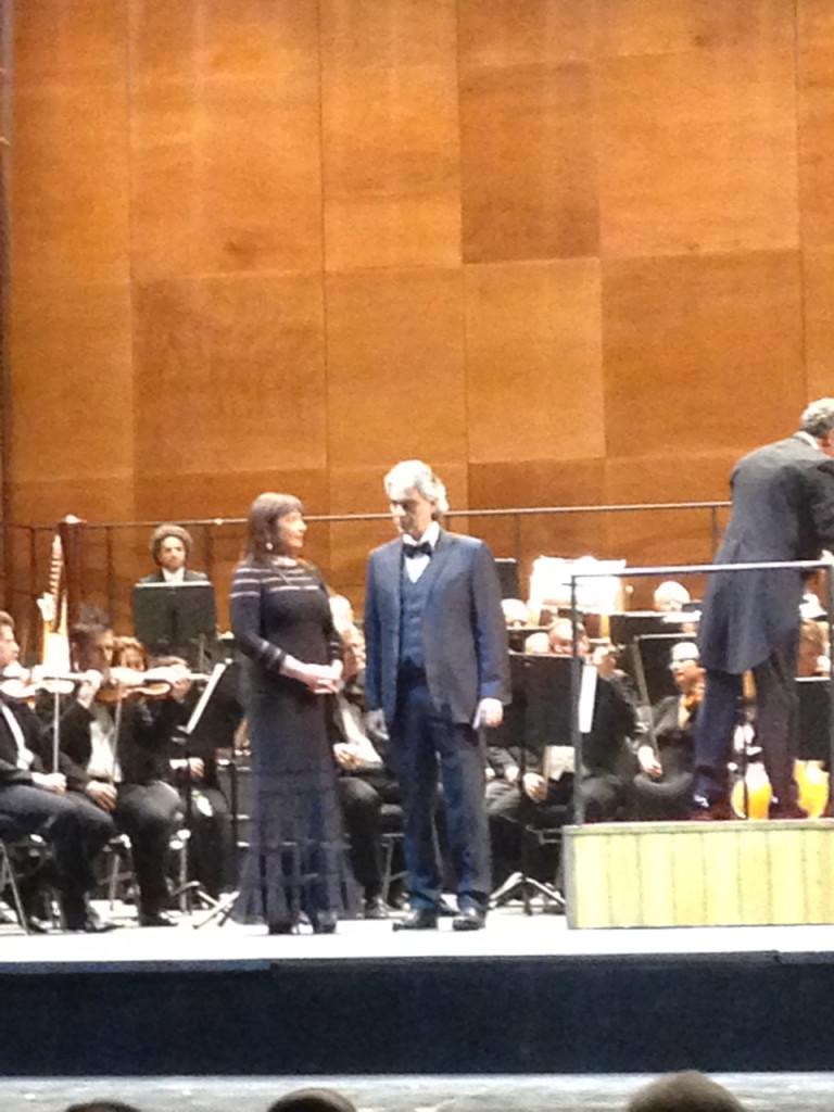 Andrea Bocelli canta com o soprano Patrizia Orciani