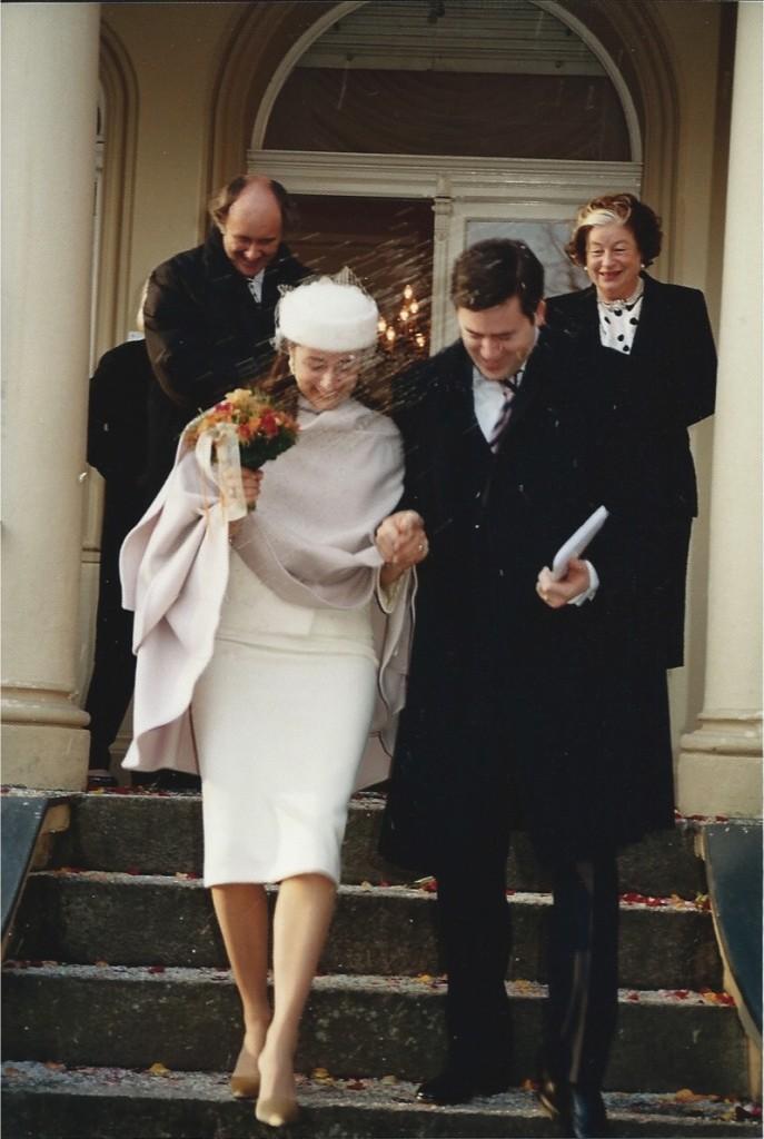 """Oi Consuelo, Adoro seu blog e sua naturalidade!  Fiquei só na vontade de mandar uma foto da minha mãe comigo no colo para o dia das mães! Mas desta vez resolvi enviar! """"Nunca me imaginei casando com vestido de noiva, comprido, lindo e branco.  E não é que eu estava certa? Em um dia muito frio casei de tailleur e chapéu!""""  Berlim, 2002 Com carinho, Martha"""