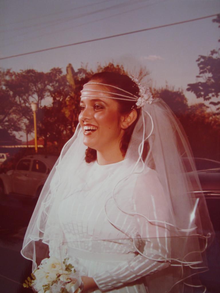 Atendendo ao seu pedido estou enviando uma foto do meu casamento, nem acredito que no dia onze de julho próximo completaremos trinta e três anos de casados, nos casamos bem jovens, eu com dezenove e ele com vinte e dois, temos dois filhos , o Conrado de 29 e a Gabriela de 28, são a nossa vida. Se tivesse que voltar no tempo e escolher , eu escolheria este mesmo marido e a mesma família, que não é perfeita, mas é repleta de amor, companheirismo, parceria, lealdade. Consuelo, parabéns pela iniciativa! Um grande abraço!