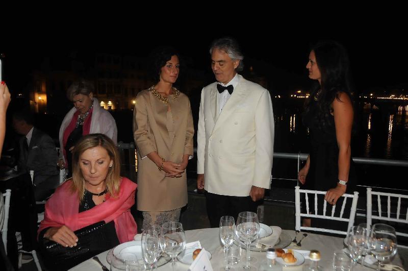 Bocelli com a Sra. Renzi, esposa do primeiro ministro italiano que é de Florença.