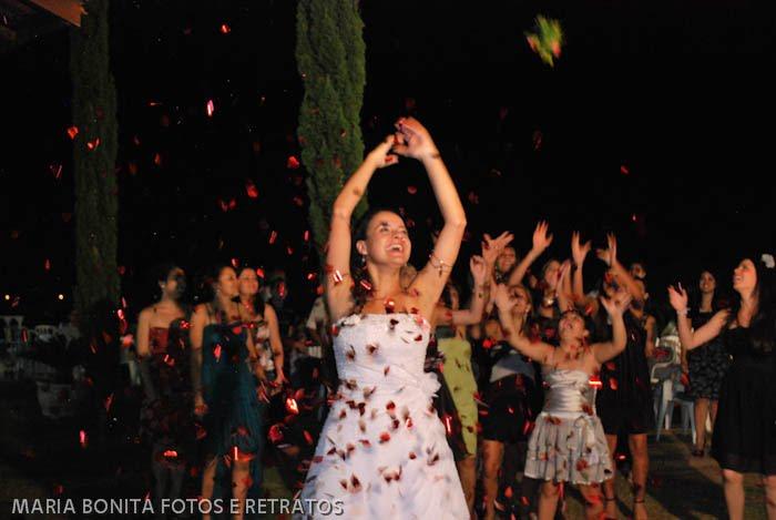 Oi Consuelo, Também quero minha foto no blog, kkk Segue texto: O Dia do meu casamento foi o coroamento de um amor de cinco anos. Celebramos este momento magico no dia 21/04/11 em um sítio a 64Km de São Paulo e a noite foi simplesmente perfeita. Escolhi esta foto pois acredito que ela captou minha alegria e o sentimento de graça de oficialmente compartilhar o resto da minha vida com o meu grande amor. Bjs