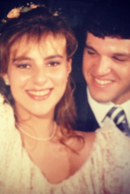Duas crianças... Rs Eu com 18 anos e ele com 20! Isso foi há 28 anos e após muitas crises ainda somos apaixonados e felizes!  Não tenho mais álbum, apenas algumas provinhas de fotos que encontrei quando me mudei... Abraço grande! Ana Abat