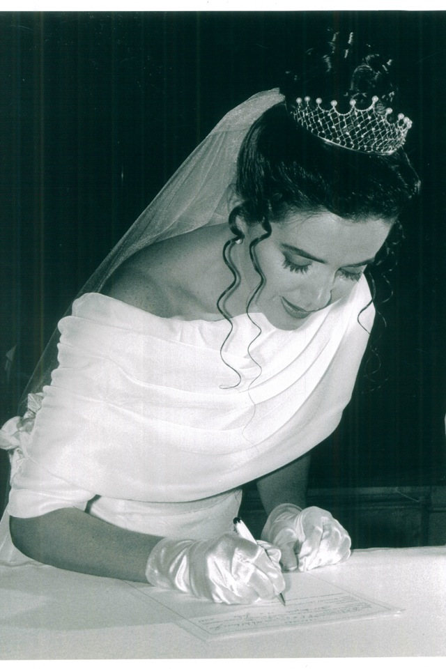 Em julho faço 20 anos de casada e ao escolher meu vestido, quis algo bem clássico , que depois de 20 anos, nãos arrependesse. A escolha da estilista é o que torna meu vestido - em veludo francês e flores no mesmo tecido prendendo a calda - ainda mais especial. Aquela que fez todas as minhas roupas de infância : minha mãe !