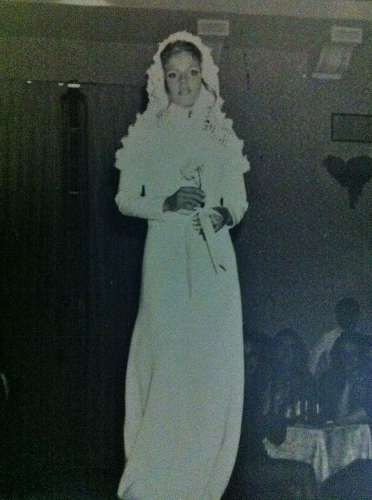 Desfilando de noiva em data anterior 1970 (naqueles desfiles Bangú que aconteciam em vários locais do Brasil)