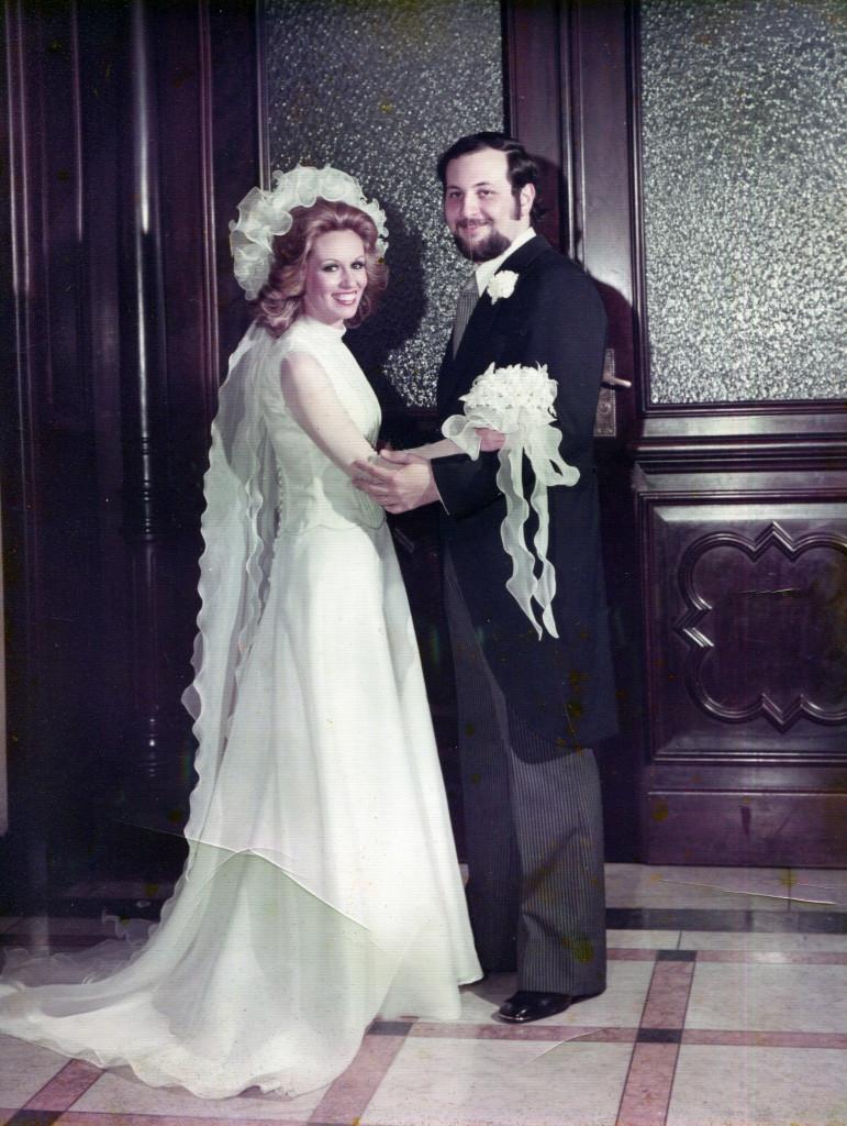 Marly quis mostrar como a moda noiva mudou nos anos, mesmo na mesma família.