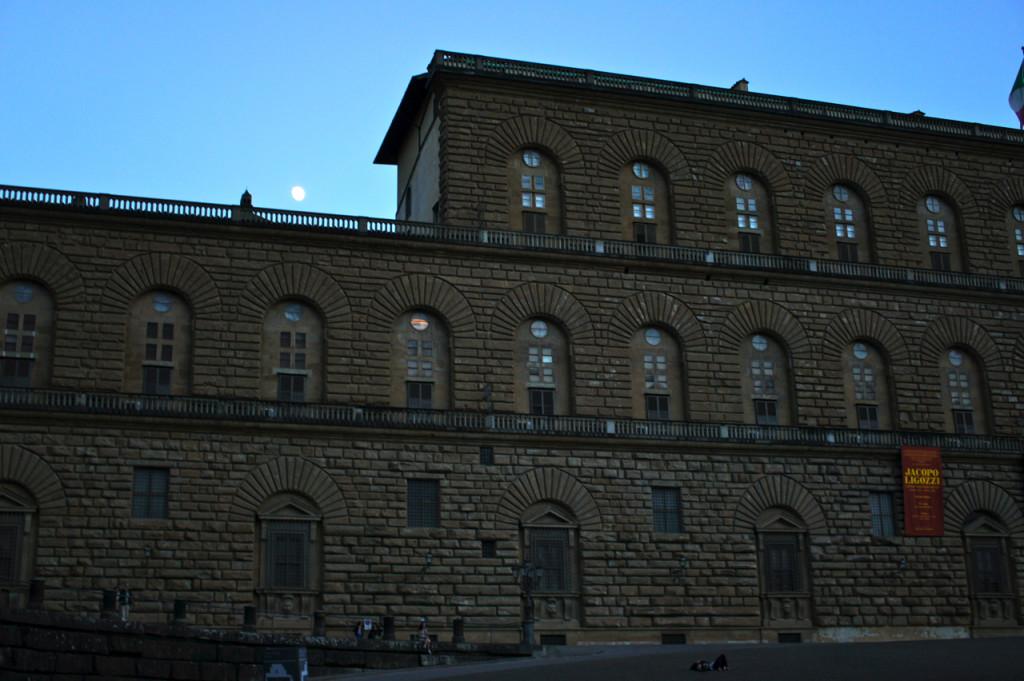 Passamos pelo Palazzo Pitti, velha residência dos patronos do renascimento, os Medici.