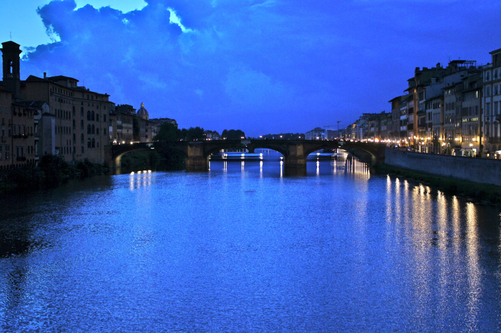 E atravessamos o Ponte Vecchio.  A vista ontem a noite.