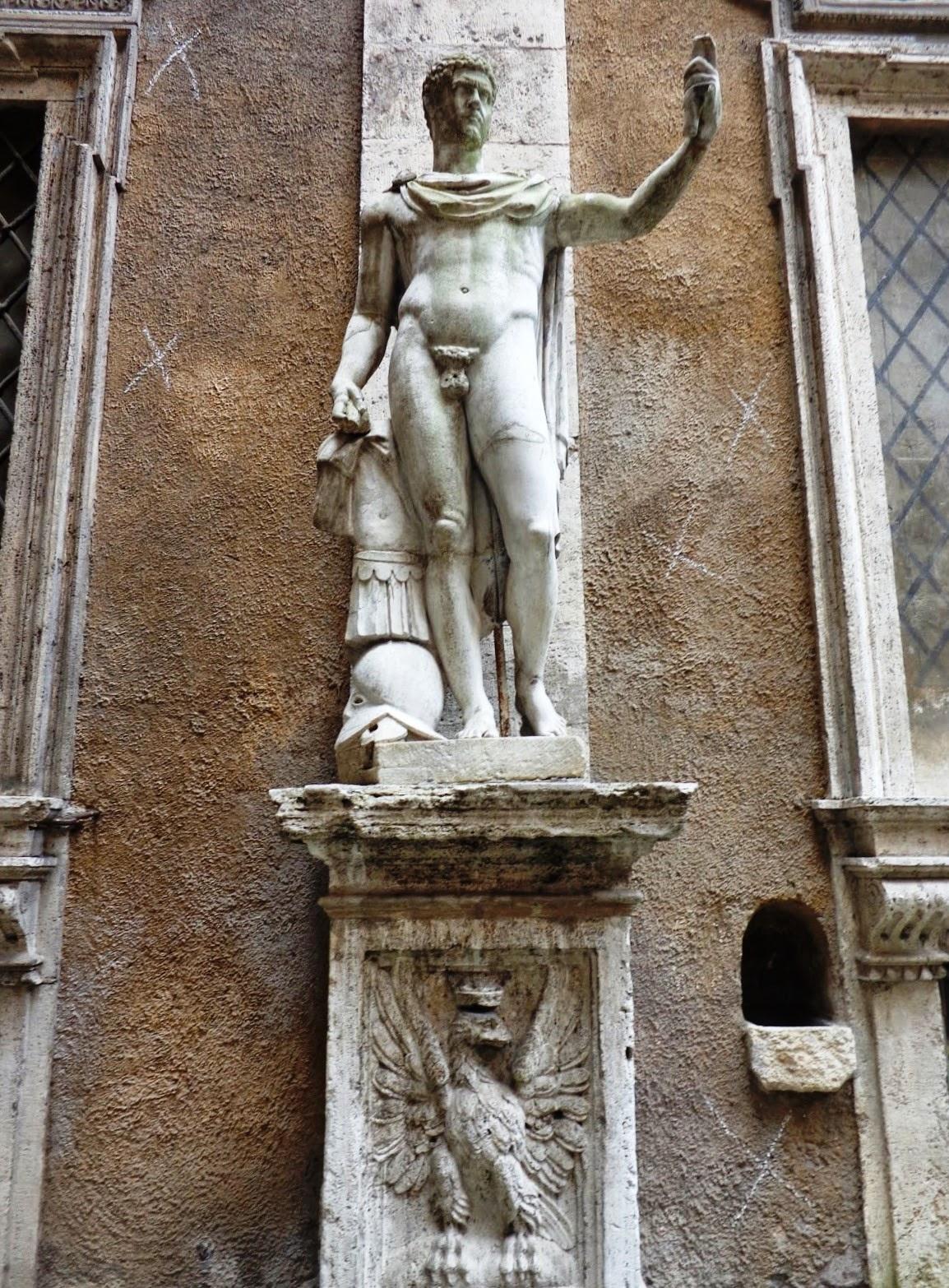 Esculturas pagãs no Cortile del Palazzo Mattei di Giove.