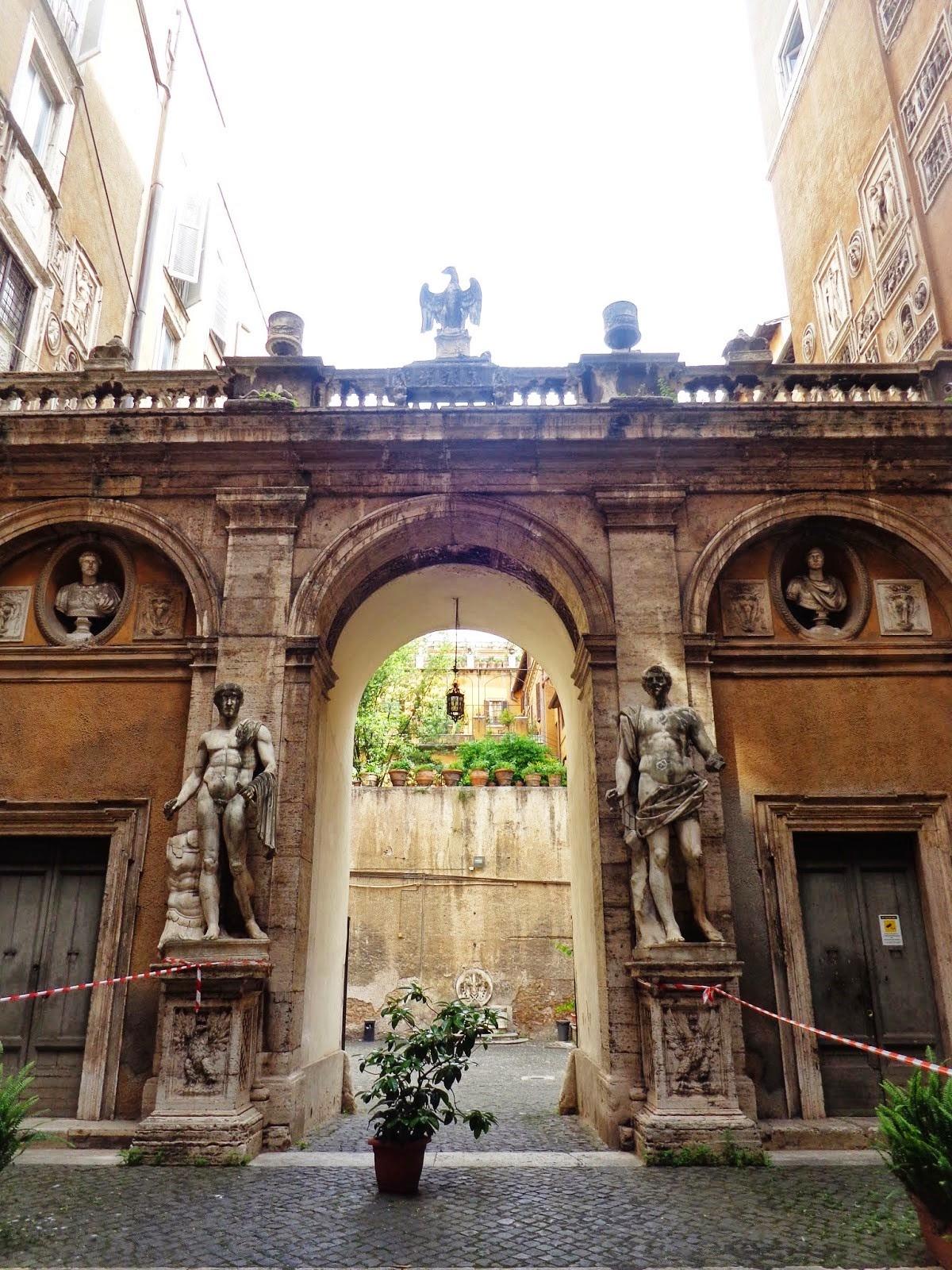 Cortile del Palazzo Mattei di Giove.
