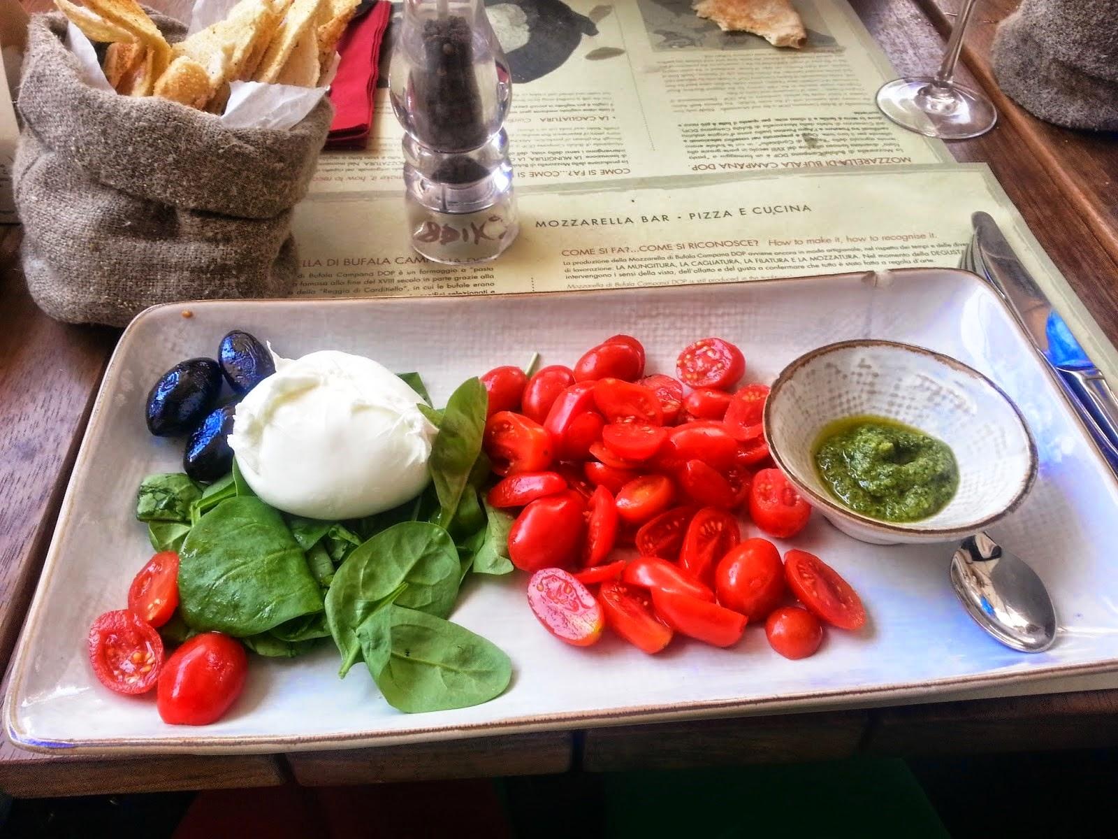 E aqui, Mozzarella di Búfala Campana DOP, pomodori di Pachino com pesto di basílico.
