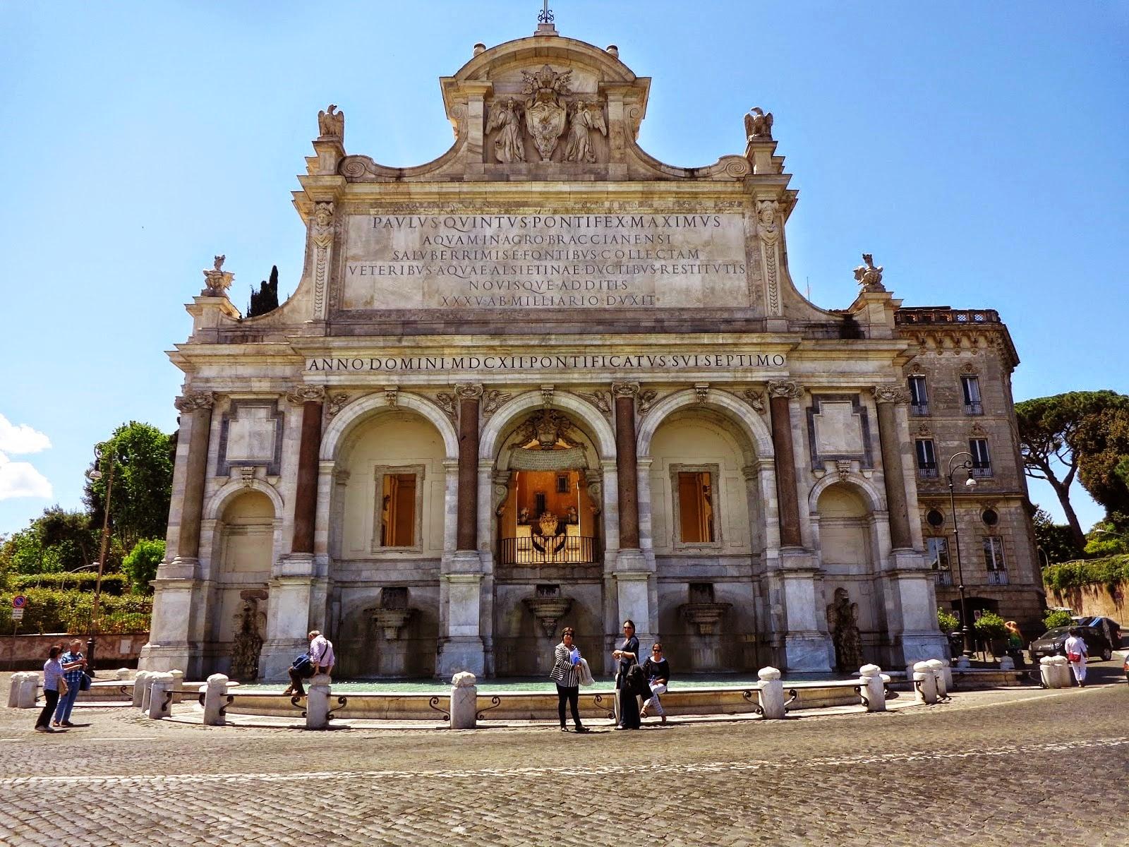 A monumental Fontana Paola, um aqueduto erigido originalmente pelo imperador Trajano, em 109 d.C. e que recebeu o nome de Acqua Paola por causa do papa Paulo V Borghese, responsável por sua restauração.