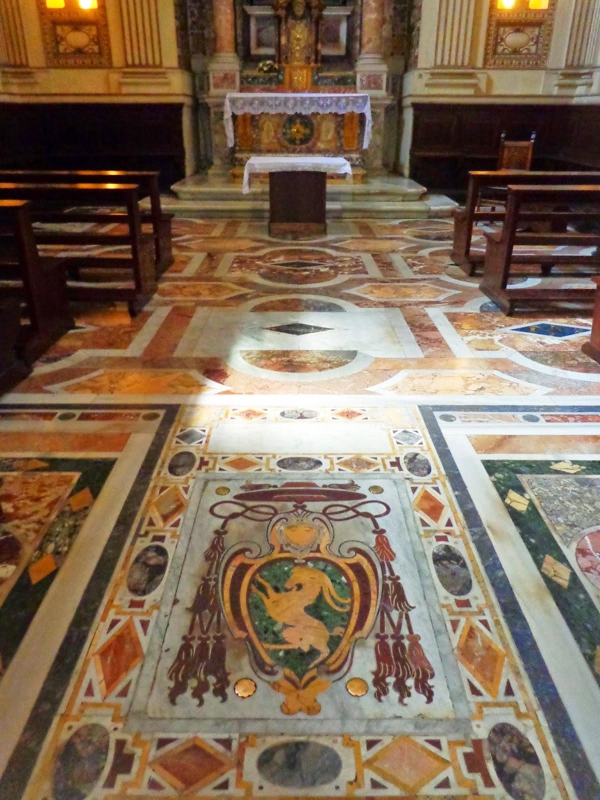 Túmulo do Cardeal Pietro Stefaneschi, que morreu em 1417, obra de um escultor desconhecido chamado Paolo.