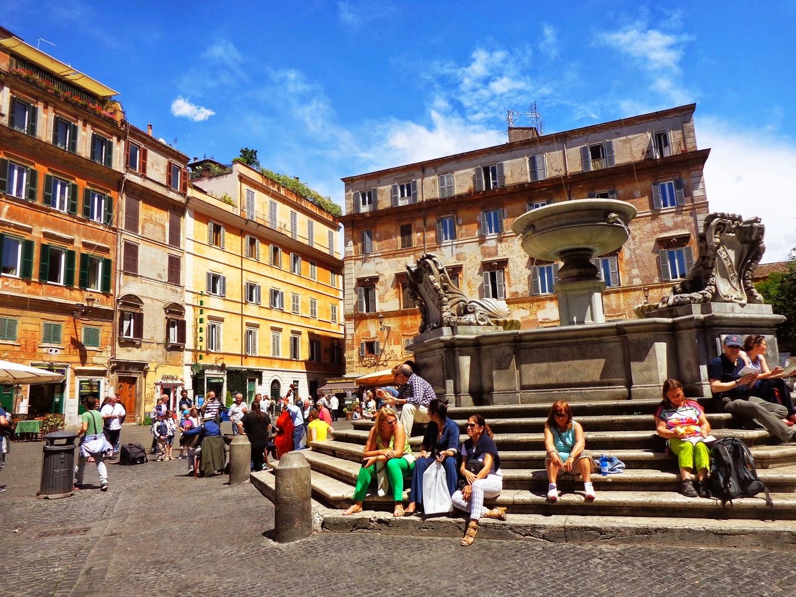 A Piazza di Santa Maria in Trastevere (1692), de Carlo Fontana, tem base octogonal e é convidativa a uma pausa em nossas andanças.