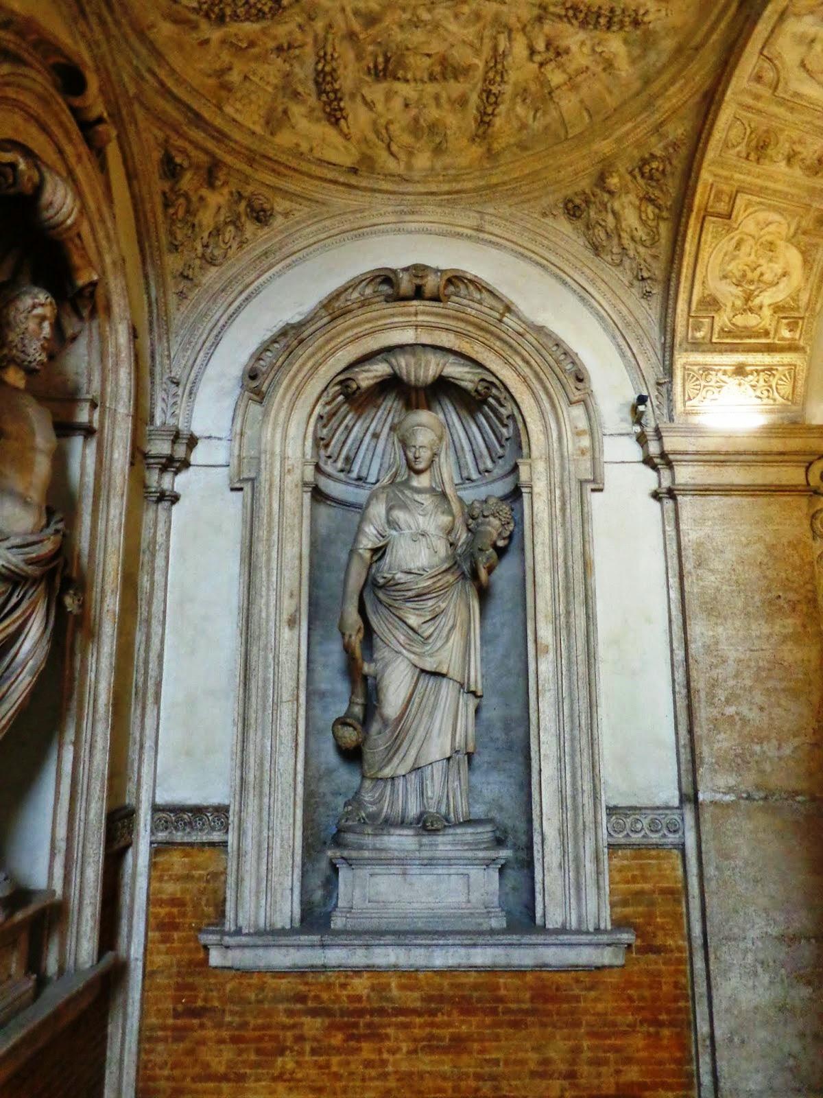 Escultura da deusa da agricultura, Deméter (Ceres) portando os cornos da abundância.