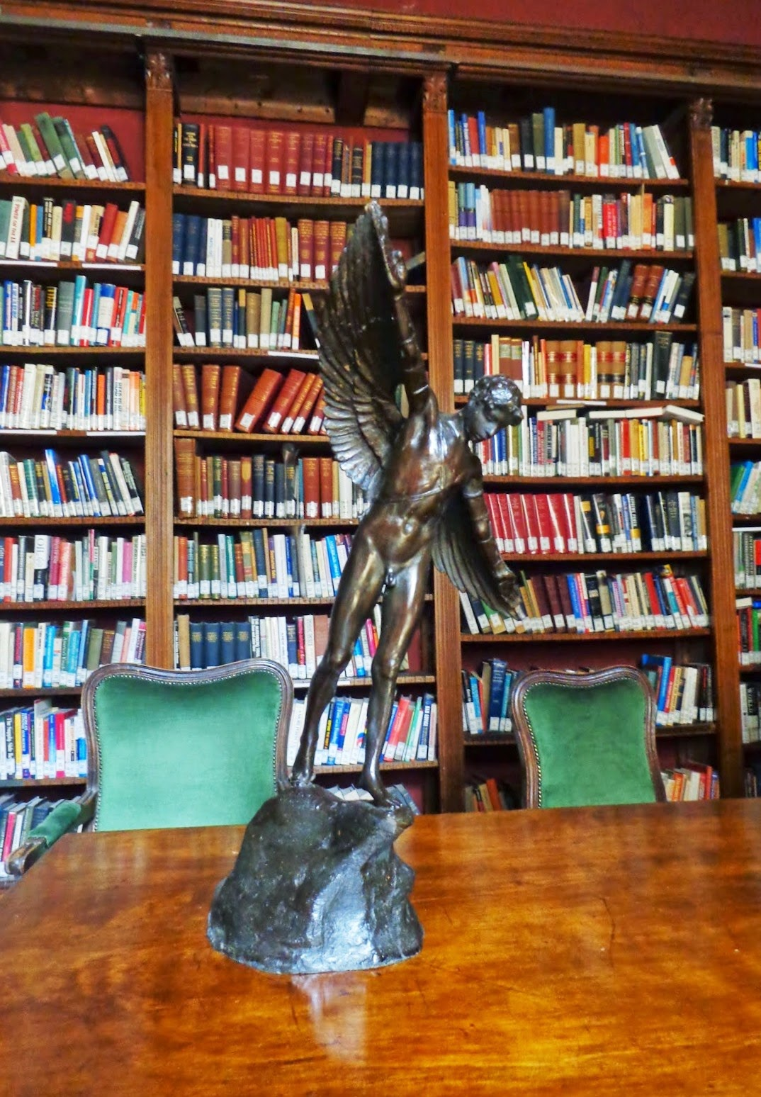Um Ícaro de bronze abre suas asas numa das Salas da Biblioteca. A beleza está em toda parte.