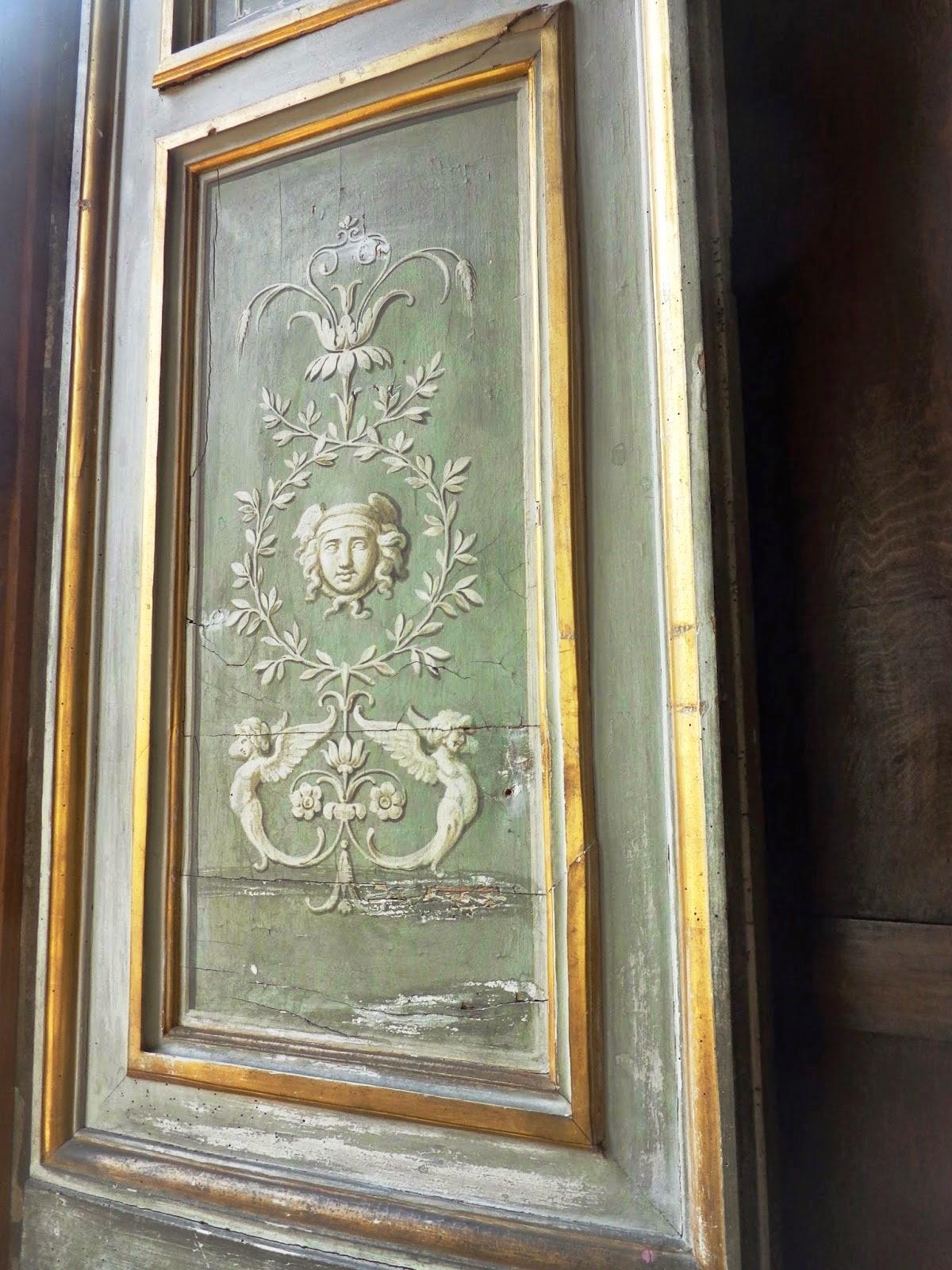Detalhe das janelas, também com pinturas que invocam o alto-relevo