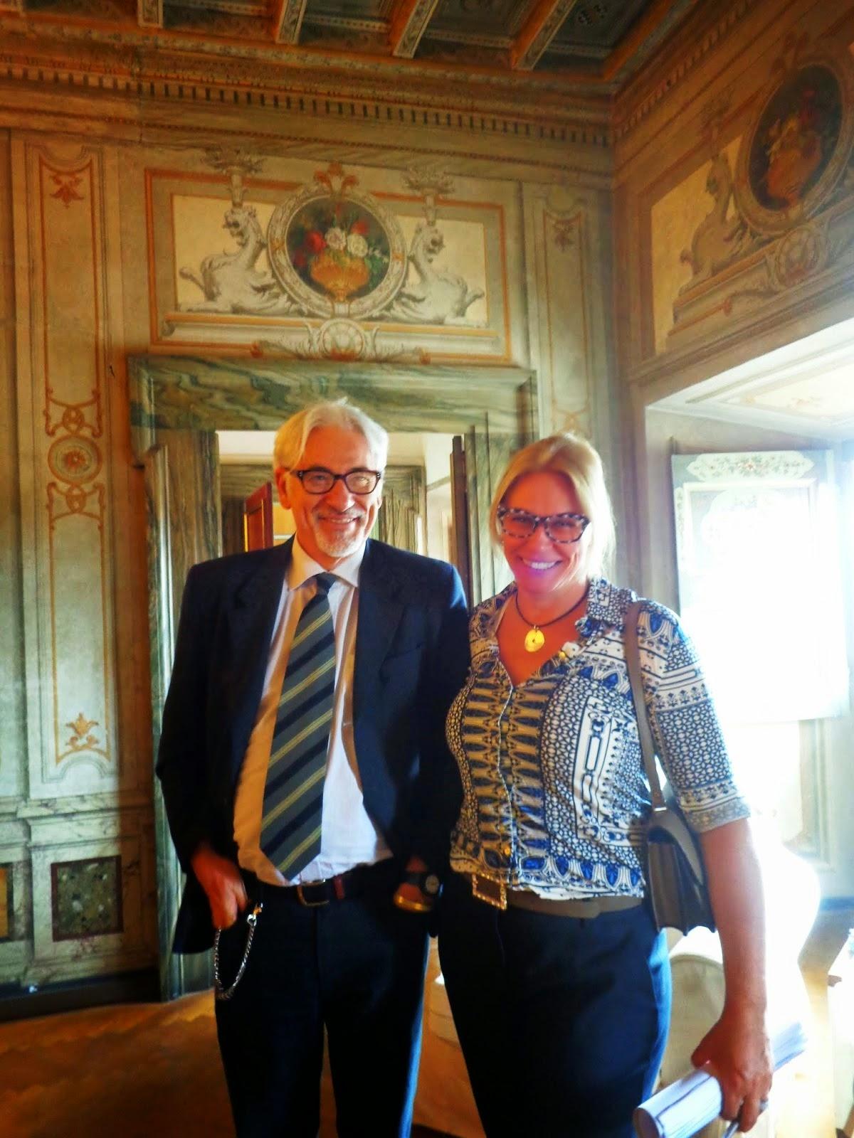 Aqui, Sandra Gorski Rego é recebida pelo simpático Diretor do Palazzo Mattei.