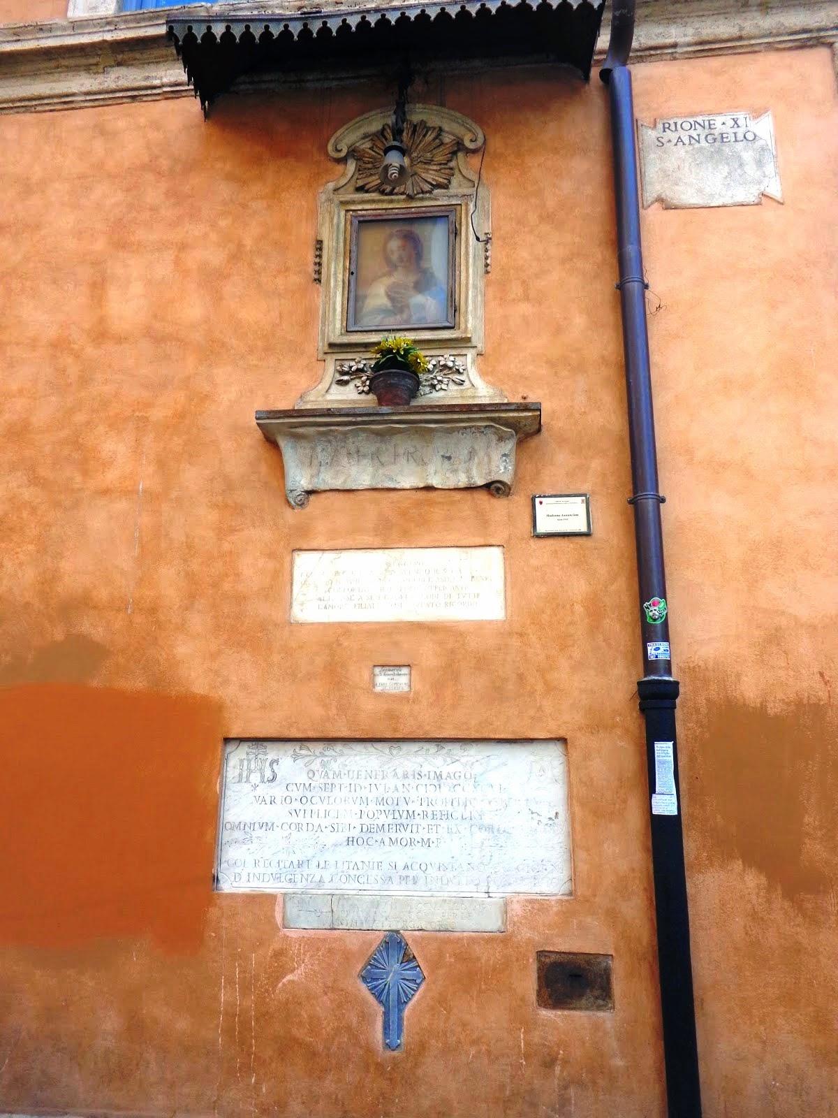 """O edifício que se encontra na esquina da Via delle Botteghe Oscure faz parte do complexo de residência dos Mattei, tem em sua parede externa uma capelinha incrustada com a imagem da """"Madonna della Provvidenzia"""". Esta imagem é particularmente venerada desde que, em 1796, foi vista """"chorar e mover os olhos"""", devido à invasão francesa ao estado Pontífice."""