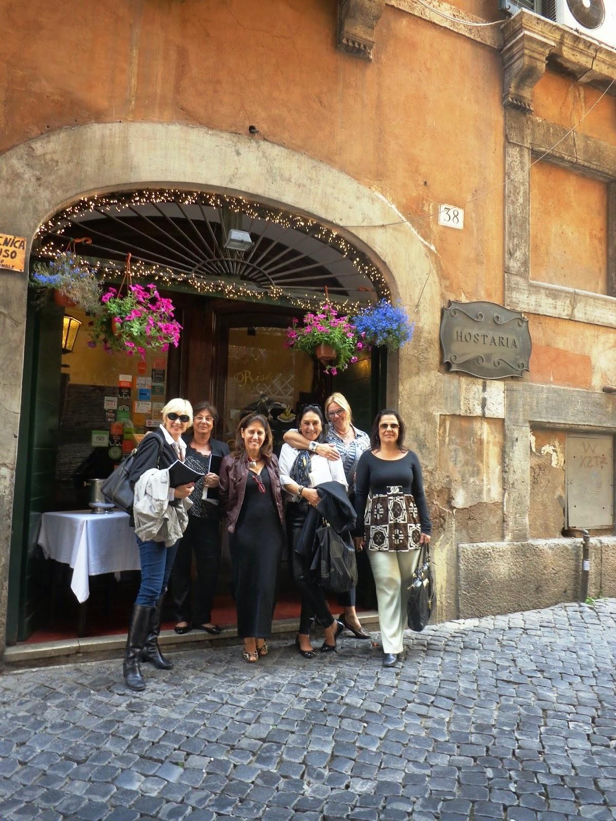 O grupo feliz após o almoço decide continuar junto por uma caminhada pelas ruas de Roma.