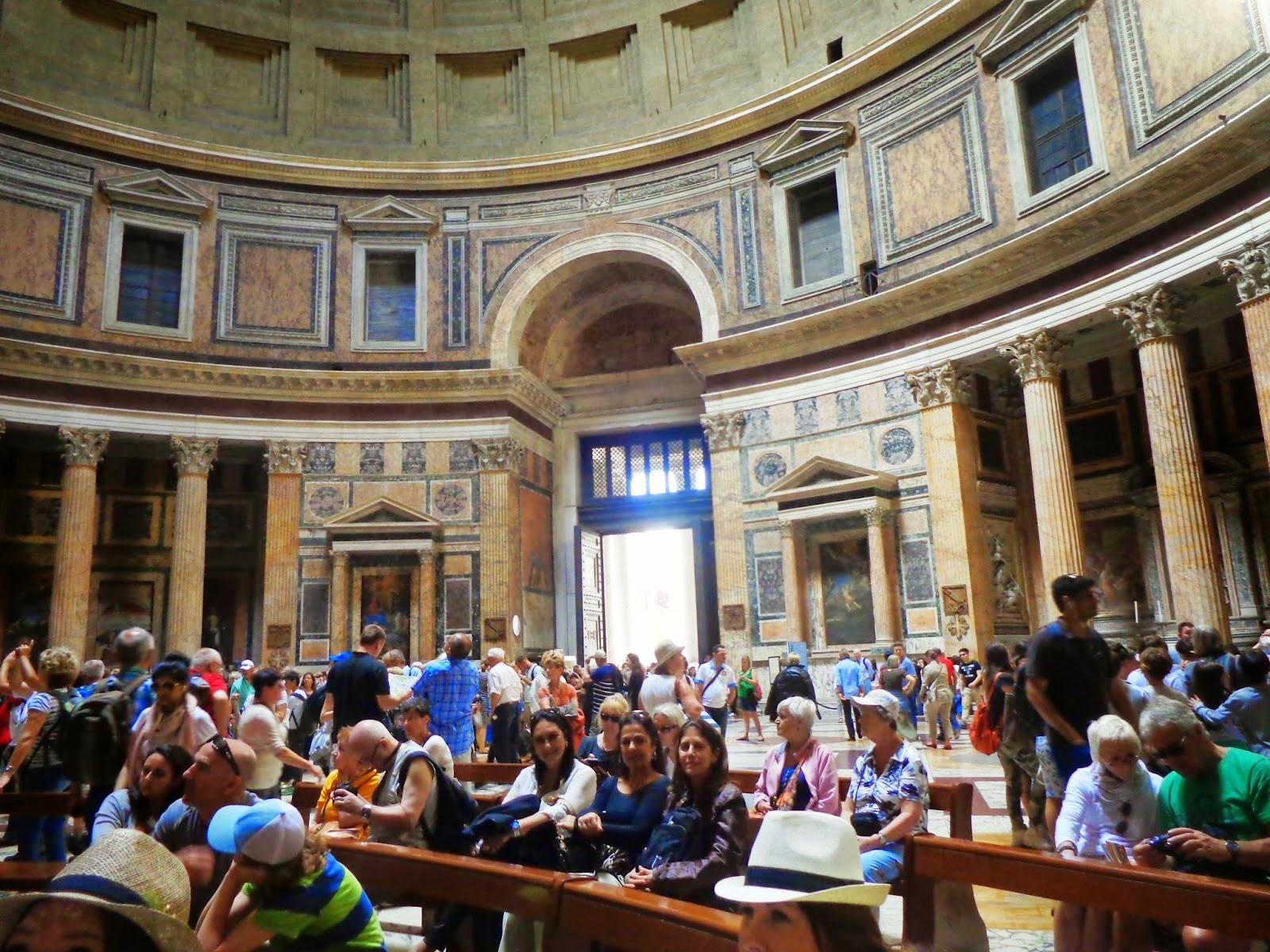Quando nos aproximamos do Panteão, a construção mais antiga de Roma, aproveitamos para desfrutar da grandiosidade e da paz em seu interior