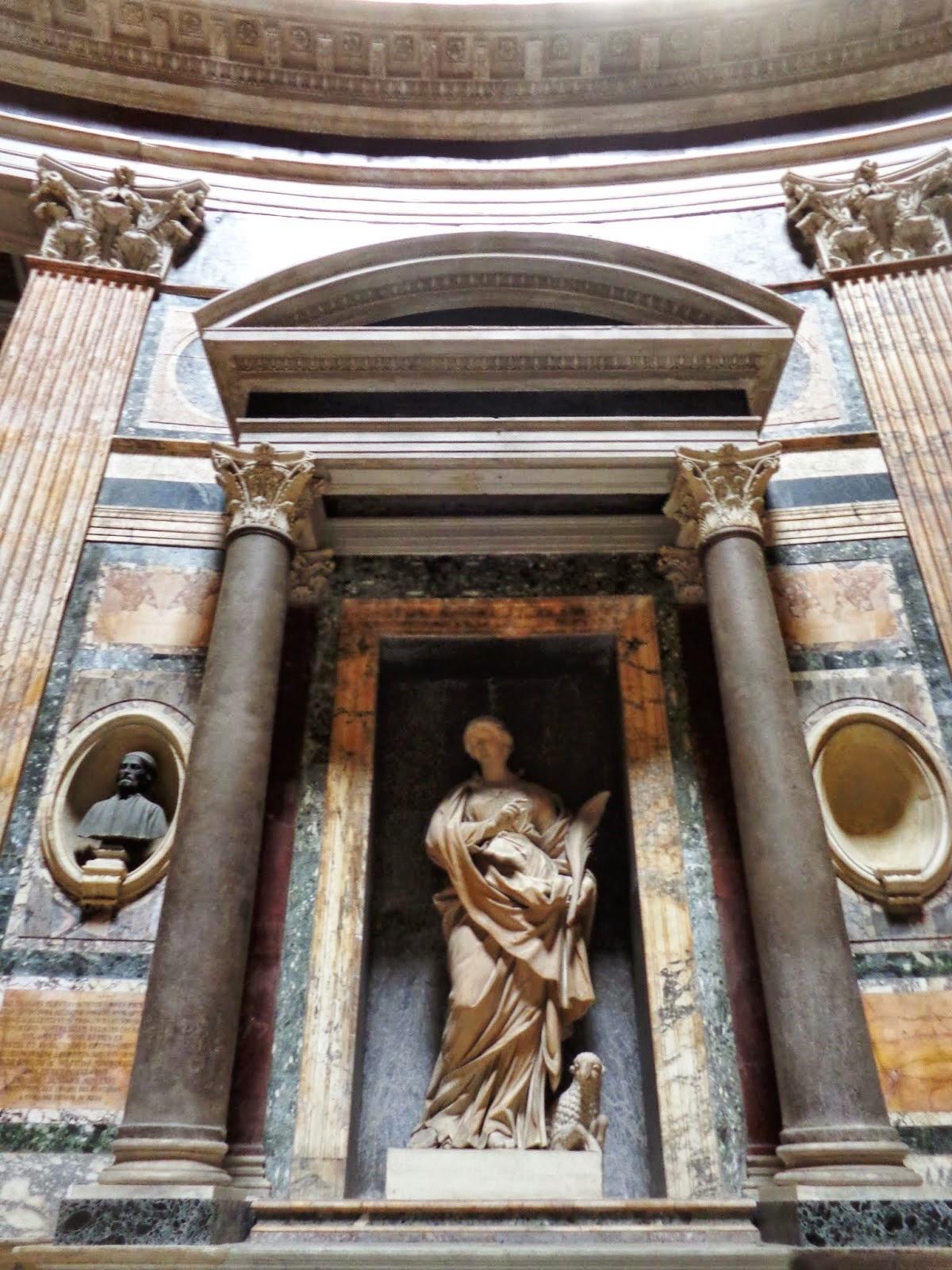 : No interior do Panteão, a tumba de Rafael Sânzio sob a Madonna, de Lorenzetto (1524).