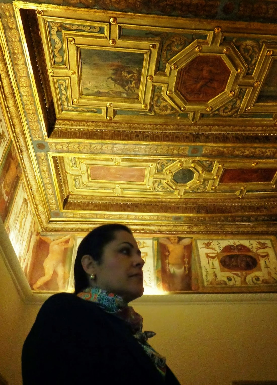 Sandra nos conduzia, uma a uma, aos minúsculos recônditos e nos relatava as proezas de antigos hóspedes, marcadas - para sempre - em suas paredes.