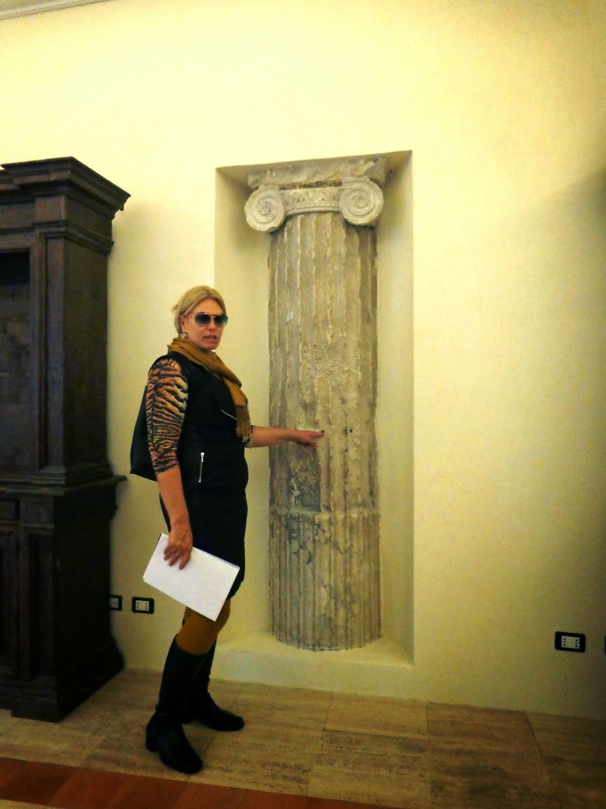 Devido à sua formação em arquitetura, Sandra Gorski Rego nos apresentava os detalhes do Palazzo, sempre nos munindo de informações referentes à arquitetura do local. Acima, a coluna jônica descoberta dentro do Palazzo Cenci.