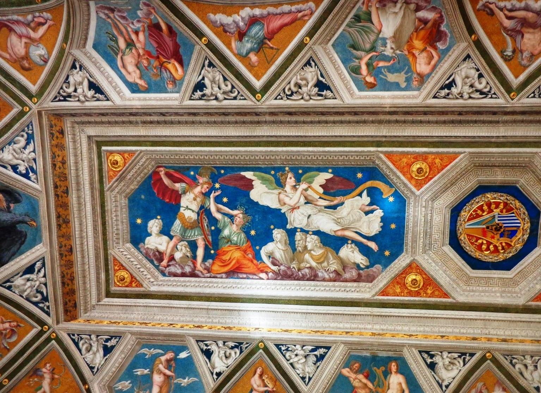 """Acima, belíssimo afresco """"Triunfo de Galatéia"""", de Rafael Sanzio retrata o herói Perseu (capa vermelha), arrancando a cabeça da Medusa. Especula-se que o belo rosto da alegoria de Galatéia, que porta a trombeta dourada, seja de Giulia Farnese, amante do papa Alexandre VI Bórgia (1492-1503)."""