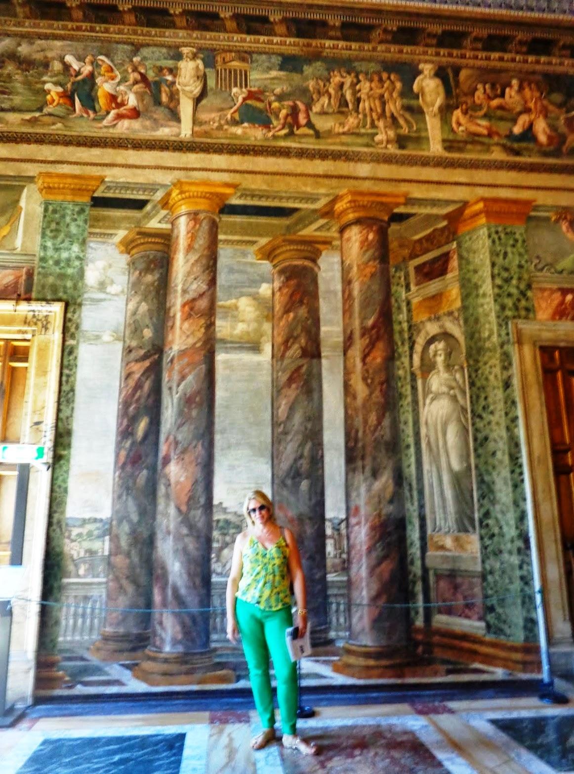 """No """"Salone delle Prospettive"""", os afrescos de Peruzzi criam a ilusão de ver, entre as colunatas de mármore, paisagens da Roma do século XVI."""