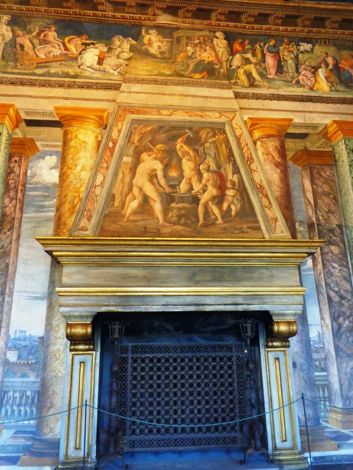 """Sobre a lareira, a pintura do """"ferreiro divino"""", o deus pagão Hefestos (Vulcano)."""